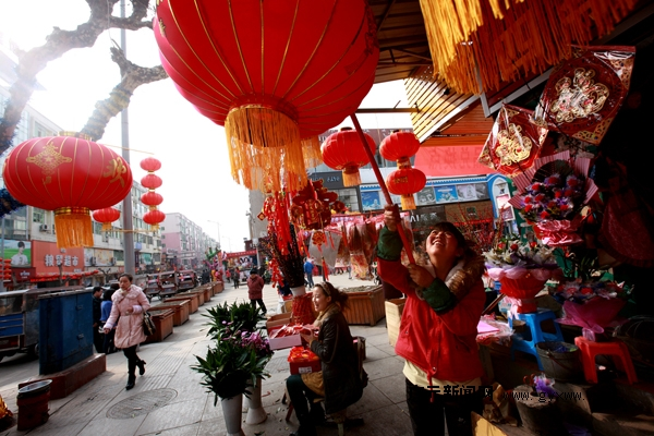 旺苍县城各大街小巷的行道树,路灯上挂满了喜庆的大红灯笼;电影院步行